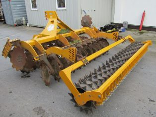 Disc harrow with compact rolller